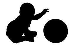 Silueta con el camino de recortes del bebé con la bola. Imagen de archivo libre de regalías