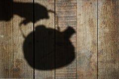 Silueta con la caldera en el panel de madera natural Imagen de archivo libre de regalías