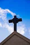 Silueta cruzada contra el cielo azul Foto de archivo
