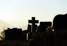 Silueta cruzada cristiana en cementerio de la abadía Fotos de archivo libres de regalías