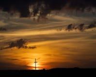 Silueta cruzada de madera en la puesta del sol Imagen de archivo
