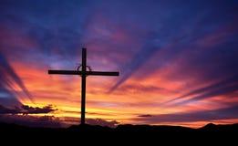Silueta cruzada en la montaña en la puesta del sol Imagenes de archivo