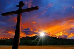 Silueta cruzada en la puesta del sol Fotos de archivo libres de regalías