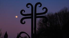 Silueta cruzada y el cielo con la Luna Llena imagen de archivo