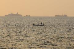 Silueta de barcos en el mar durante tiempo de la puesta del sol Foto de archivo libre de regalías