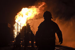 Silueta de bomberos en la acción Foto de archivo