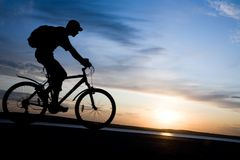 Silueta de ciclistas en el movimiento Fotos de archivo libres de regalías
