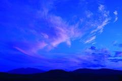 Silueta de colinas con el cielo azul Imagen de archivo