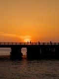 Silueta de corredores en el puente fotos de archivo libres de regalías