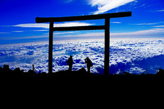 Silueta de fotógrafos en la cima de la montaña Fotografía de archivo