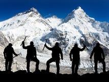 Silueta de hombres con el hacha de hielo a disposición, el monte Everest Fotos de archivo libres de regalías