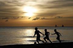 Silueta de jugar de los niños Foto de archivo libre de regalías