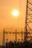 Silueta de líneas eléctricas de alto voltaje Foto de archivo libre de regalías