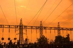 Silueta de líneas eléctricas de alto voltaje Foto de archivo
