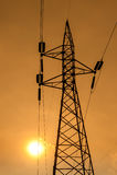 Silueta de líneas eléctricas de alto voltaje Imagenes de archivo