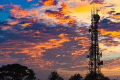 Silueta de la antena del teléfono celular y del communicati celulares Foto de archivo libre de regalías