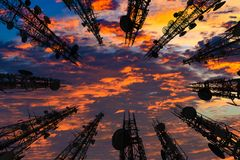 Silueta de la antena del teléfono celular y del communicati celulares Imagen de archivo