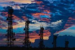 Silueta de la antena del teléfono celular y del communicati celulares Fotos de archivo libres de regalías