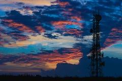 Silueta de la antena del teléfono celular y del communicati celulares Fotografía de archivo libre de regalías