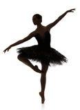 Silueta de la bailarina que hace pirueta del ballet contra el fondo blanco Fotos de archivo libres de regalías
