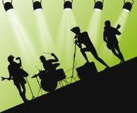 Silueta de la banda de heavy en etapa Ángulo de la acción con los reflectores Imagen de archivo
