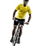 Silueta de la bici de montaña del hombre que monta en bicicleta Foto de archivo libre de regalías