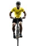 Silueta de la bici de montaña del hombre que monta en bicicleta Imagen de archivo