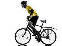 Silueta de la bici de montaña del hombre que monta en bicicleta Fotografía de archivo libre de regalías