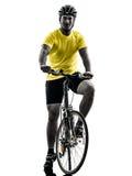 Silueta de la bici de montaña del hombre que monta en bicicleta Imagenes de archivo