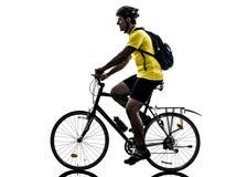 Silueta de la bici de montaña del hombre que monta en bicicleta Imagen de archivo libre de regalías