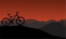 Silueta de la bici en colinas Foto de archivo libre de regalías