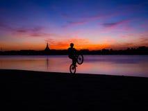 Silueta de la bicicleta imagen de archivo libre de regalías