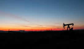 Silueta de la bomba de petróleo imagenes de archivo