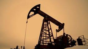 Silueta de la bomba de petróleo metrajes