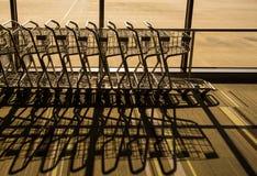 Silueta de la carretilla en aeropuerto Fotografía de archivo libre de regalías