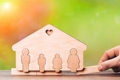 Silueta de la casa y de los miembros de la familia El concepto de infelicidad de la familia imagen de archivo libre de regalías