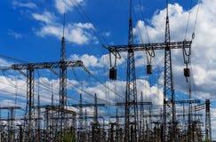 Silueta de la central eléctrica y de la estación de alto voltaje de la transformación en la puesta del sol Fotos de archivo
