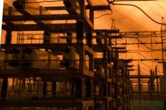 Silueta de la central eléctrica y del statio de alto voltaje de la transformación Imagen de archivo