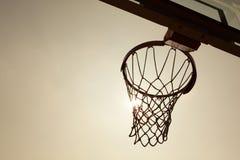 Silueta de la cesta del baloncesto foto de archivo libre de regalías