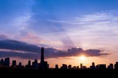 silueta de la ciudad de Bangkok de los paisajes urbanos en fondo del cielo de la puesta del sol, Fotografía de archivo libre de regalías