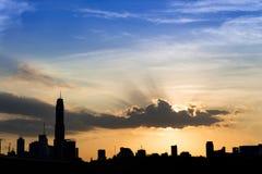 silueta de la ciudad de Bangkok de los paisajes urbanos en fondo del cielo de la puesta del sol, Fotos de archivo libres de regalías