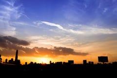 silueta de la ciudad de Bangkok de los paisajes urbanos en fondo del cielo de la puesta del sol, Imagen de archivo