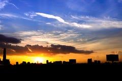silueta de la ciudad de Bangkok de los paisajes urbanos en fondo del cielo de la puesta del sol, Imágenes de archivo libres de regalías