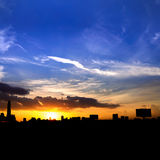 silueta de la ciudad de Bangkok de los paisajes urbanos en fondo del cielo de la puesta del sol, Imagen de archivo libre de regalías