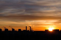 Silueta de la ciudad en fondo de la puesta del sol Fotografía de archivo libre de regalías