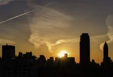 Silueta de la ciudad en la puesta del sol, Nueva York Foto de archivo libre de regalías