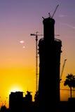 Silueta de la construcción de la torre de Doha Imagen de archivo libre de regalías