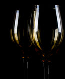 Silueta de la copa de vino en fondo negro. Imagen de archivo
