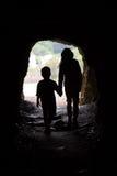 Silueta de la cueva de niños Fotos de archivo libres de regalías