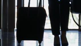 Silueta de la empresaria con la maleta almacen de video